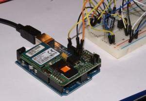 Arduino z modułem GSM (prowizoryczny zasilacz w tle)