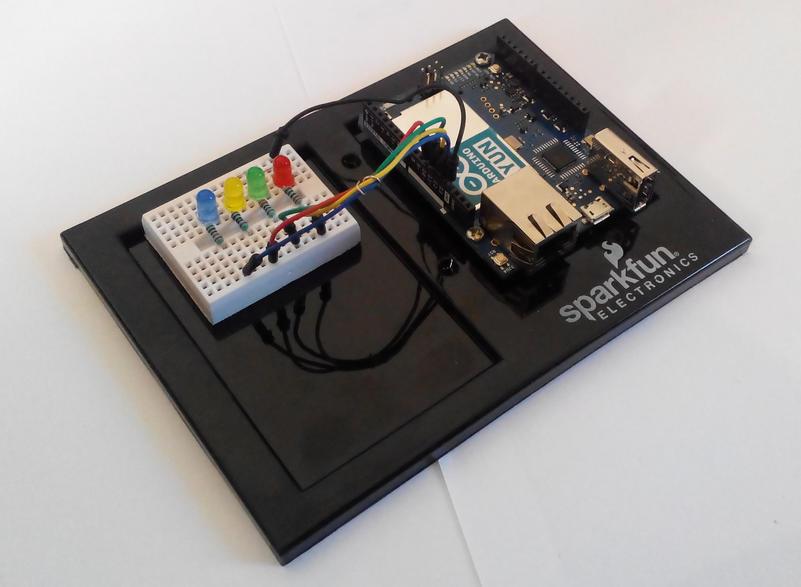 Widok na Arduino Yun z podłączonymi diodami